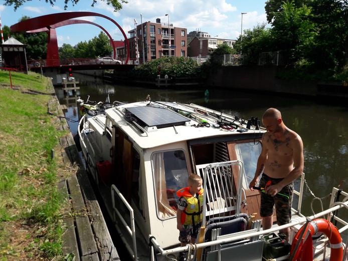 Afgelopen zomer: boot wacht voor Rode Brug in Utrecht.