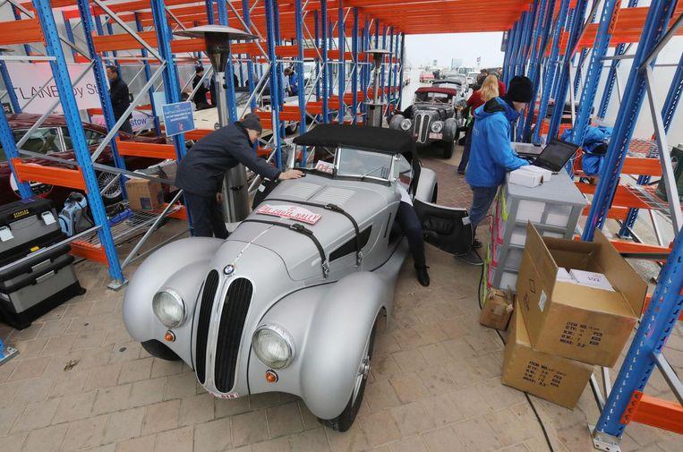 Voor het echte begin van de Zoute Grand Prix krijgt een BMW-oldtimer een laatste check-up.