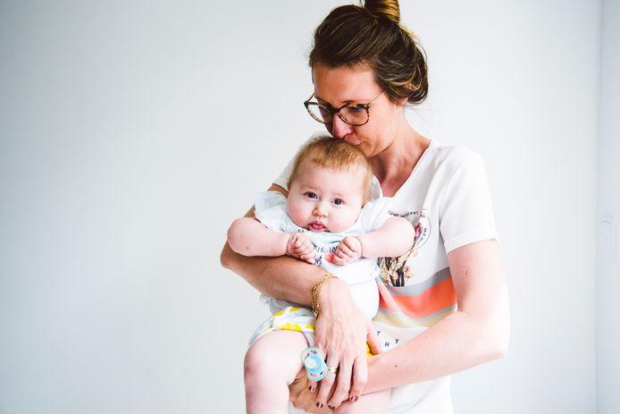 Baby Pia met haar moeder Ellen.