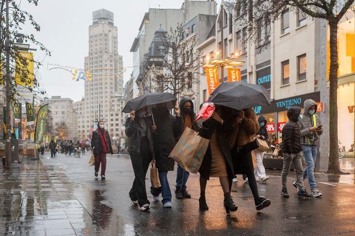 De meeste mensen hebben hun inkopen voor kerst al gedaan, hoewel het slechte weer ook wel zijn part speelt.