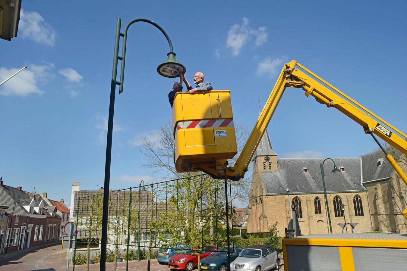 Op het Raadhuisplein in Oud-Vossemeer werd de eerste led-lamp vervangen door wethouder Jan Harmsen.