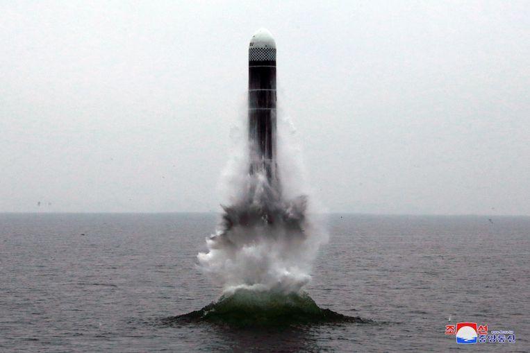 De lancering van de Pukguksong-3, raket vanaf een onderzeeër.