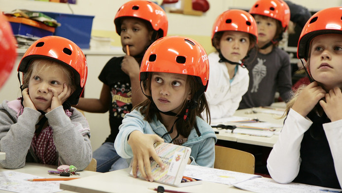 Een basisschool in Amstelveen test fietshelmpjes uit.
