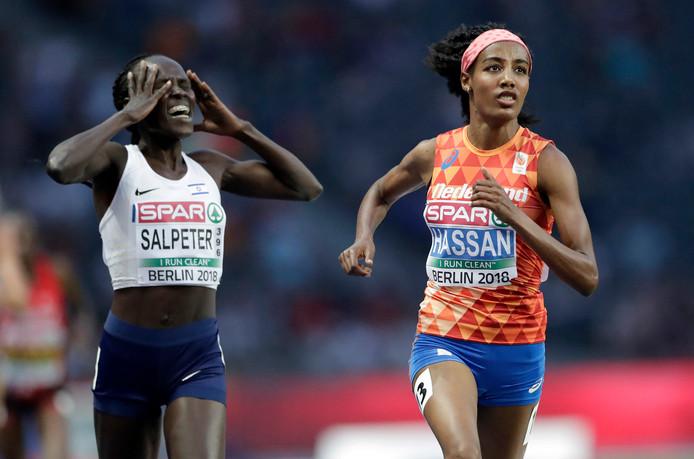 Lonah Chemtai Salpeter (links) beseft te laat dat ze nog een rondje moet, terwijl Sifan Hassan haar voorbij snelt.
