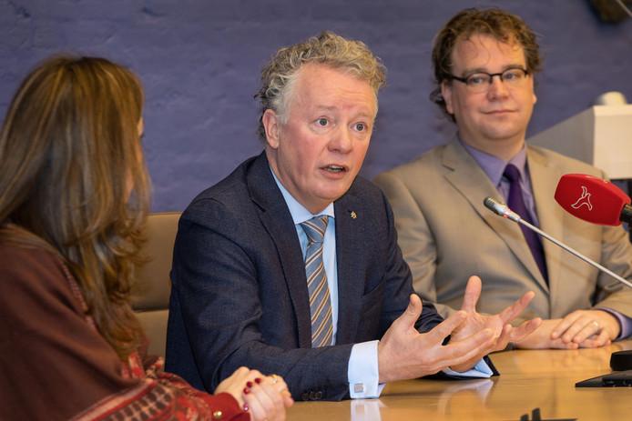 Gebben (midden) presenteerde zich eerder dit jaar in Dronten. Links zijn vrouw Sanne, rechts voorzitter Paul Vermast van de vertrouwenscommissie.