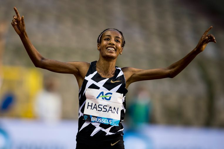 Sifan Hassan viert het behalen van het nieuwe werelduurrecord op de atletiekbaan van de Diamond League in Brussel. Beeld BELGA