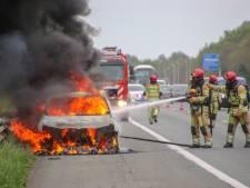 Auto gaat in vlammen op, op A6 bij Emmeloord