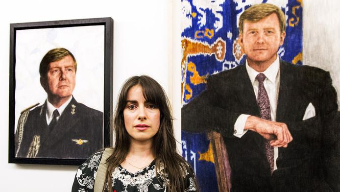 De Tilburgse kunstenares Iris van Dongen voor de schets (l) die ze nagetekend zou hebben van een portret dat fotograaf Koos Breukel maakte.