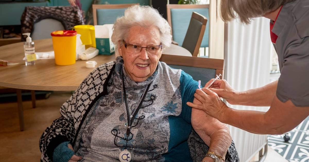 Jo (87) geeft geen krimp bij eerste prik tegen corona, Louis (92) voelt hem niet eens: 'Is dit 'm al?'