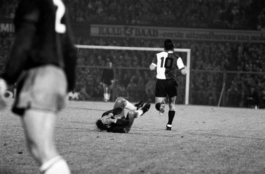 27 mei 1971, Ajax - Feyenoord: Van Hanegem (10) heeft zijn vriend Neeskens geveld met een elleboogstoot. ,,Na twee keer te zijn geraakt, was Willem het zat.''