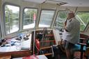 Schipper Cees Holster loodst de fluisterboot van het Biesbosch Museum door een van de kreken van het natuurgebied.
