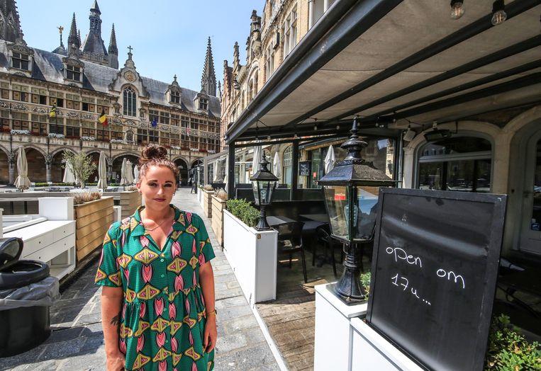 """Suzannah Declercq van Brasserie Petrus opent haar terras pas om 17 uur. """"Veel te warm""""."""