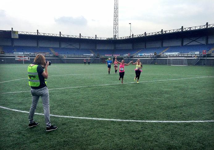 Tijdens de eerste Cityrun in Roosendaal ging iedereen op de foto op de passage door het oude RBC stadion