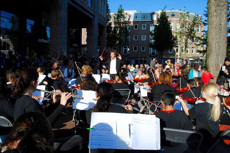 Leerlingen spelen klassieke muziek op het Javaplein Beeld klassiek rondom de klas