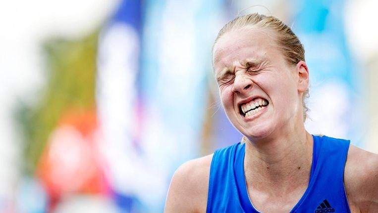 Jip Vastenburg komt als eerste Nederlandse vrouw over de finish van de Dam tot Damloop. Beeld anp