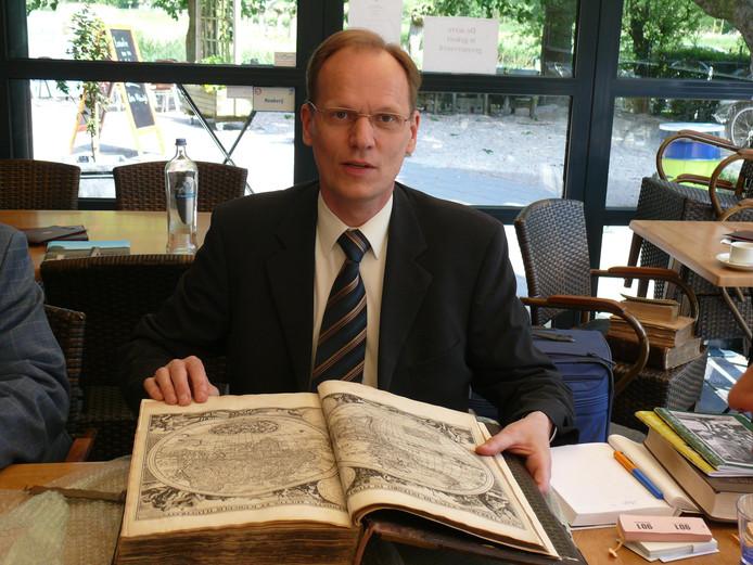 Arie Molendijk baseert de waarde van een boek, atlas of andere geschriften op opbrengsten van vergelijkbaar materiaal op recente veilingen.