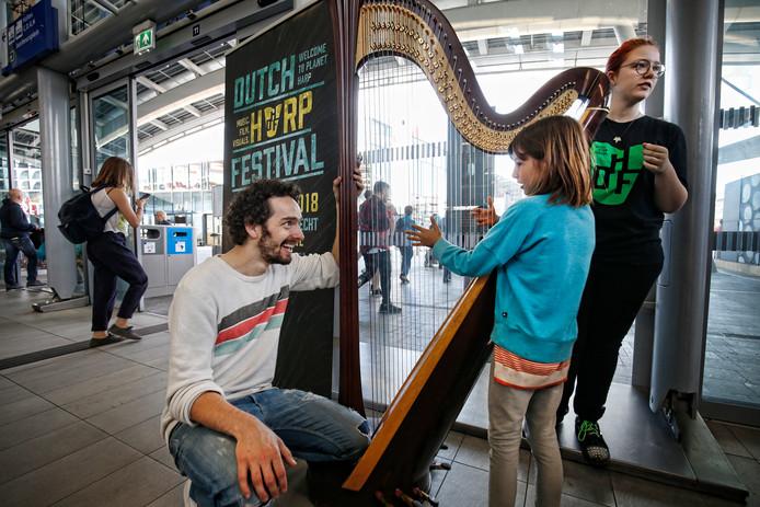 Harpist Remy Van Kesteren Geeft Verrassingsconcert In