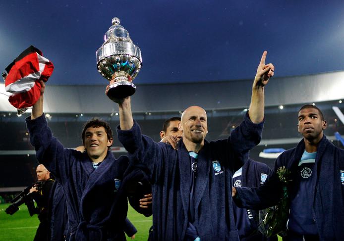 De Ajacieden Jaap Stam (m) en Ryan Babel vieren feest nadat AZ in de finale van 2007 na strafschoppen is geklopt. Ajax is de laatste club die de beker twee keer op rij won.