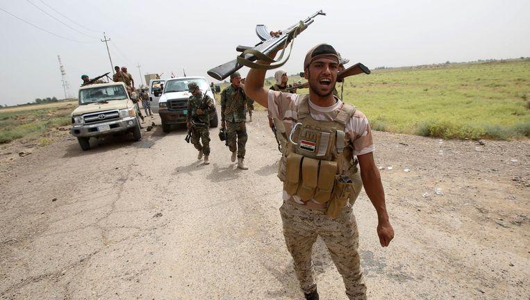 Een Iraakse regeringssoldaat op een weg die is bevrijd op militanten van IS. Locatie: Sayed Ghareeb, 70 kilometer ten noorden van Bagdad. Beeld afp