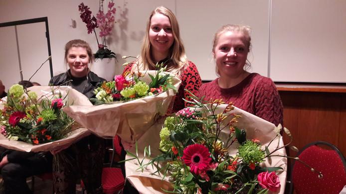 Vlnr Emma, Claudia en Irene kregen gisteravond bloemen van de burgemeester.