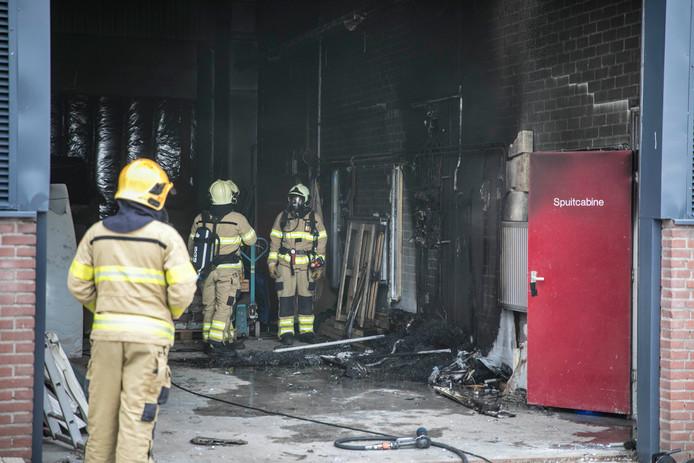De brandweer heeft op 13 juni van dit jaar het vuur in een wietplantage op bedrijventerrein De Aam in Elst onder controle.