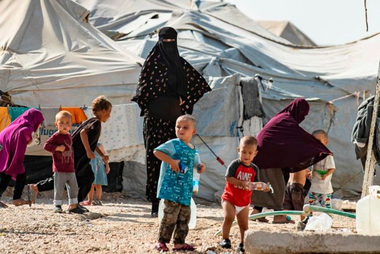 Vrouwen en kinderen in een kamp voor familieleden van buitenlandse IS-strijders in het noorden van Syrië. Beeld AFP