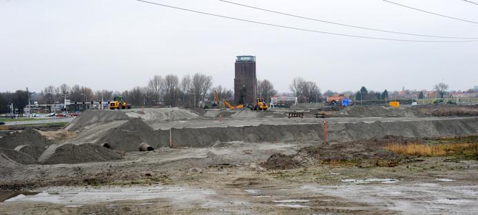 Hopen zand en veel bedrijvigheid aan de A58 bij Vlissingen.
