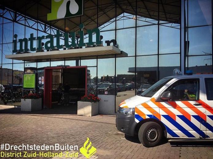 De politie haalde de vrouw op bij de winkel.
