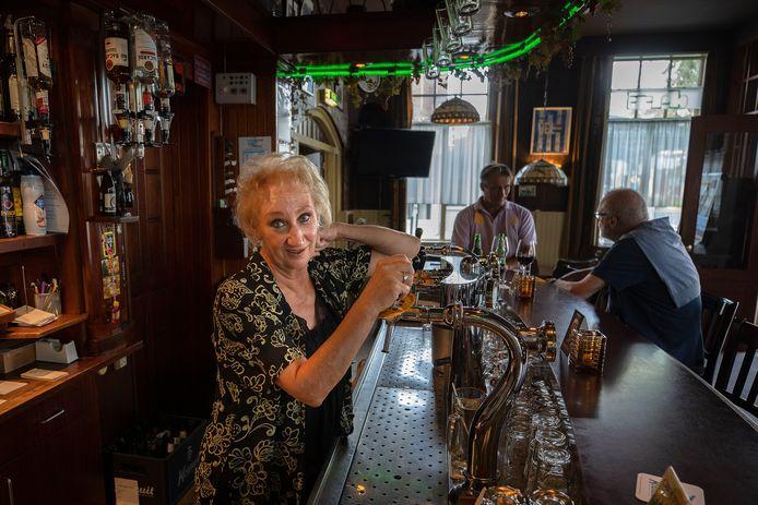 """Carla Klos achter de tap van haar café De Valk in Woensel: ,,Het zijn onzekere tijden, maar dat geldt voor iedereen."""""""