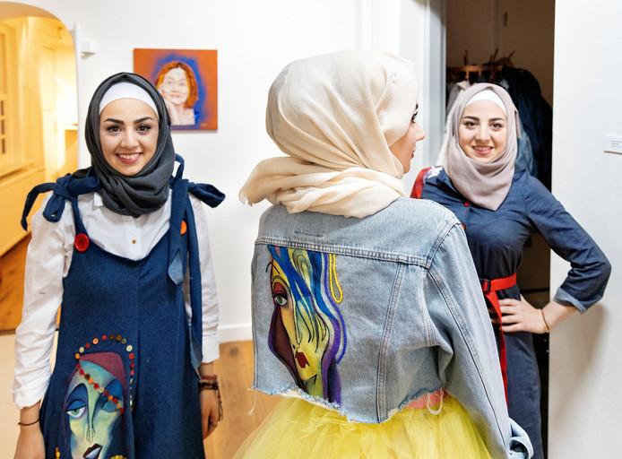 *Maysa Ashour* (L) met haar zusjes Sally en Sidra, Syrische meiden die in Deurne wonen. Maysa volgt een mode opleiding en showt haar creaties in *De Wieger*
