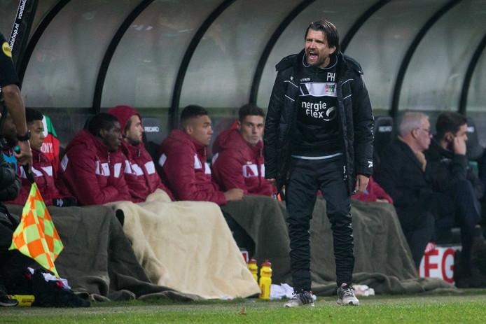 NEC-trainer Peter Hyballa coacht zijn ploeg, in trainingspak.