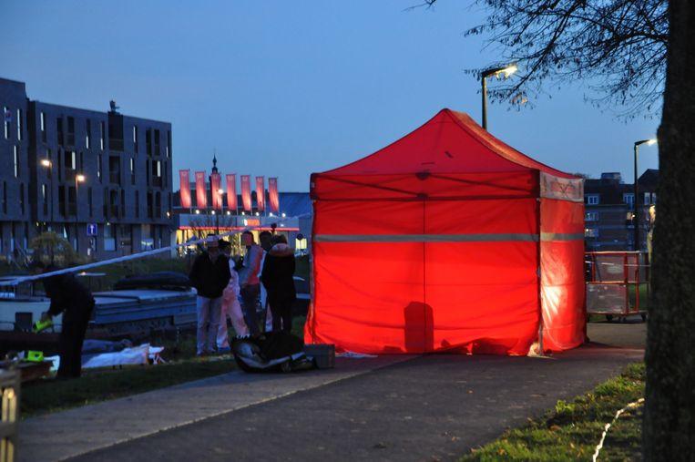 De rode tent werd opgesteld aan de oever op de Groendreef.