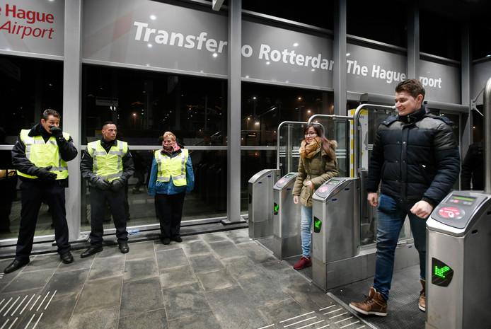 Medewerkers van de RET wijzen onder meer op de (on-)veiligheid op weg naar de 'uithoeken' van het Rotterdamse metronet.