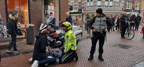 Passanten overmeesteren winkeldief in Apeldoorn, man na verzet afgevoerd