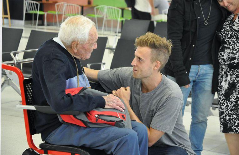 David neemt afscheid van zijn kleinzoon op de luchthaven.