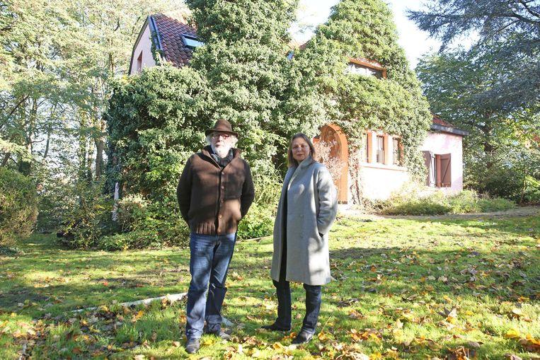 Organisatoren Hugo De Greef en Sigrid Bousset in de tuin van Herman Teirlinck met op de achtergrond het huis waar de schrijver tot aan zijn dood in 1967 woonde.
