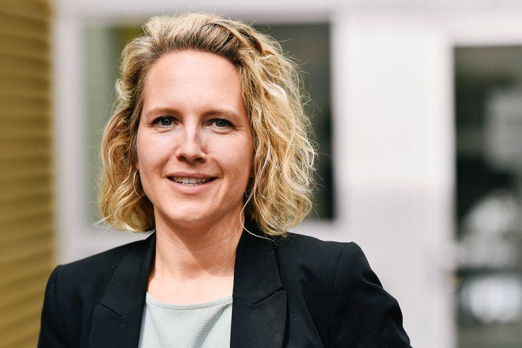 """Caroline Vrijens (44) is sinds augustus kinderrechtencommissaris. Ook zij werkt nu thuis: """"Het was even zoeken; een team aansturen van 14 mensen en 12 vrijwilligers, zó vanzelf gaat dat niet van in je living."""""""