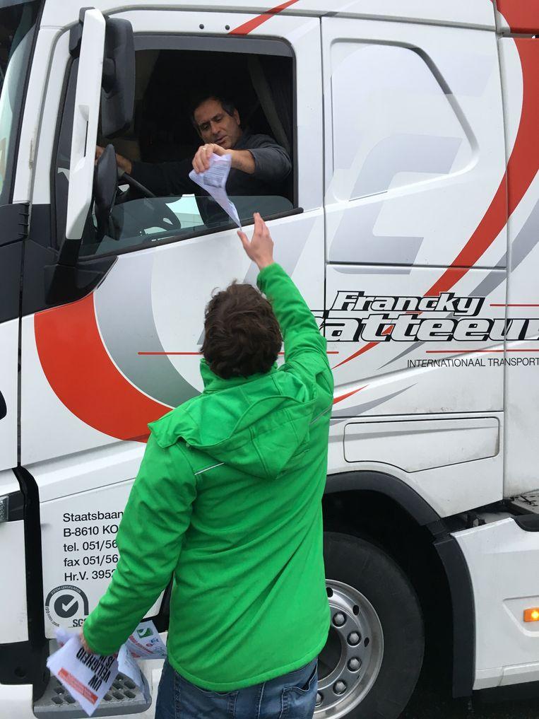 Truckchauffeurs kregen een pamflet met uitleg over de actie.