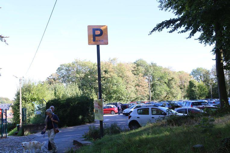 Om bezoekers te stimuleren voor de randparkings te kiezen en te voet naar het centrum te wandelen, kwamen er bordjes die de wandelroute op een aangename wijze aanduiden zoals deze Walk &Park op de parking aan de Citadel.