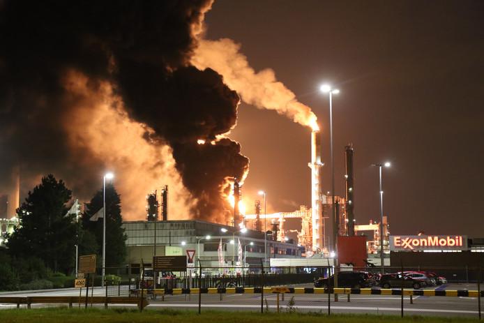 De brand op 21 augustus 2017 bij ExxonMobil was snel geblust, maar had een ramp kunnen worden doordat operators tegen alle regels in de fabriek draaiende probeerden te houden.