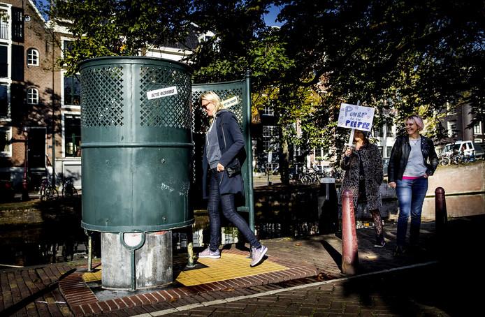 Deelnemers van een actie in Amsterdam, waar aandacht wordt gevraagd voor meer openbare toiletten voor vrouwen.