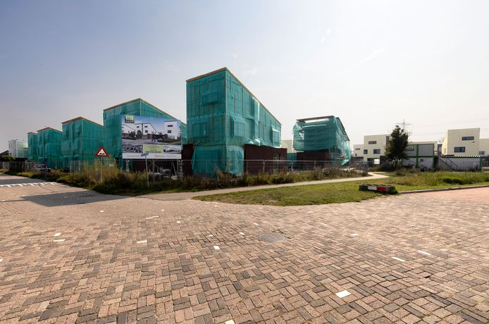 In Helmond ligt de bouw van 26 duurzame woningen sinds maart stil vanwege een conflict tussen E&E en onderaannemer Gemert Bouw.