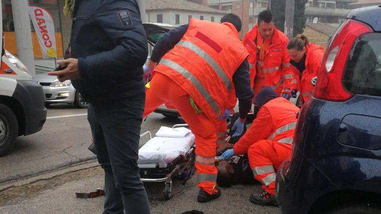 Hulpverleners bij een van de slachtoffers van de aanslag. Beeld reuters