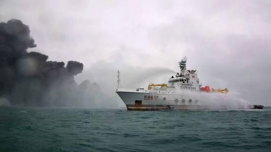 De Chinezen, hier in actie met een blusboot, hebben hulp van de Japanse kustwacht afgewezen.