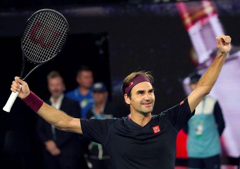 Roger Federer geniet van zijn overwinning na de tie-break in de vijfde set tegen de Australiër John Millman.  Beeld AP