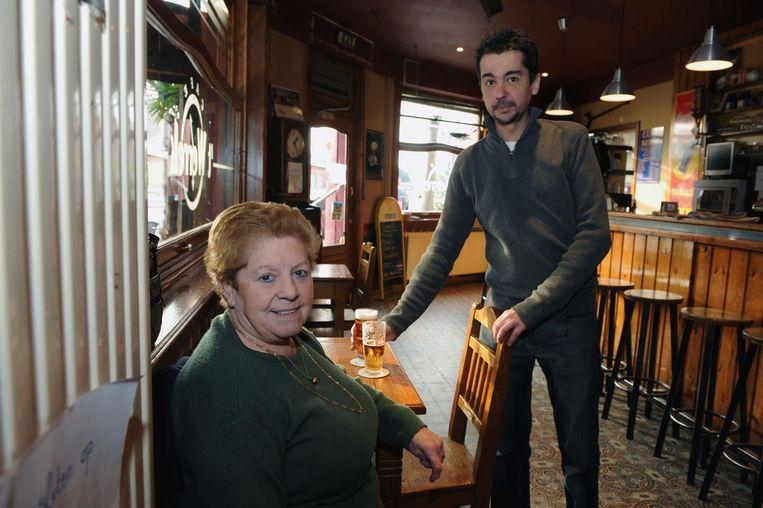 Hermine Reniers, hier met barman Tom, had altijd een vaste stoel in café 't Werrek.
