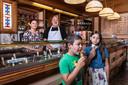 In de Scheldestraat in Amsterdam is IJssalon Venetie gevestigd. Roberto Darin maakt het ijs en zijn vrouw Allessandra verkoopt het. Hun kinderen Michelle en David (op de foto) gaan later ook in de zaak.