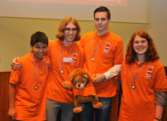 Winnaar Geert Schulpen (tweede van links) tussen de nummers 2, 3 en 4 bij de prijsuitreiking van de Nationale Scheikundeolympiade 2016.