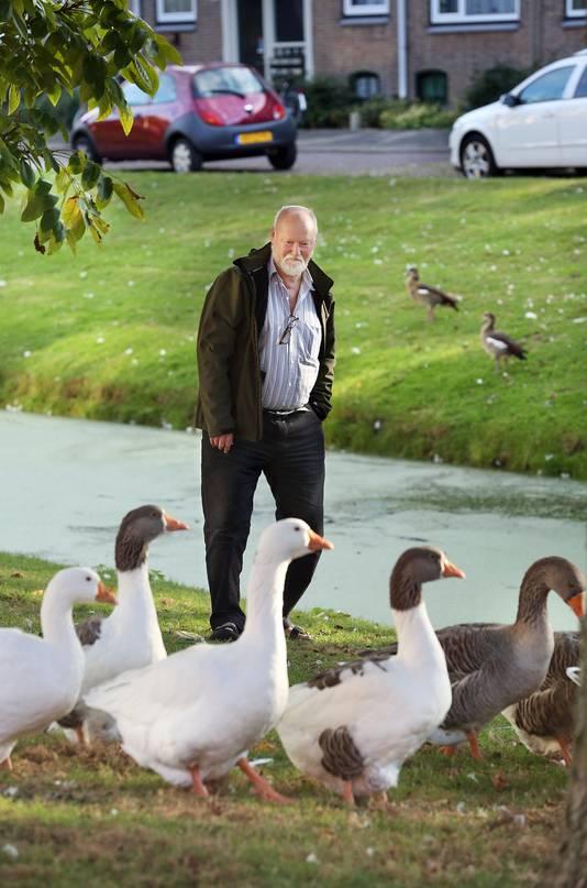 Frederik Hoogerhoud ziet in Moerwijk te veel eten buiten.