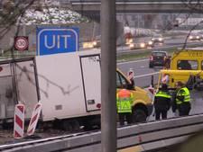 Afslag Enschede-West A35 afgesloten, vrachtwagen in de berm